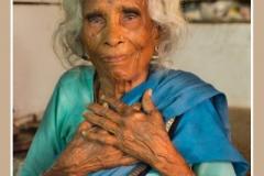 Oude vrouw in blauw