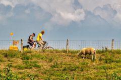 twee-fietsers-op-dijk, Winssen. jeroen hoogakker