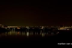 Spiegelwaal bij nacht