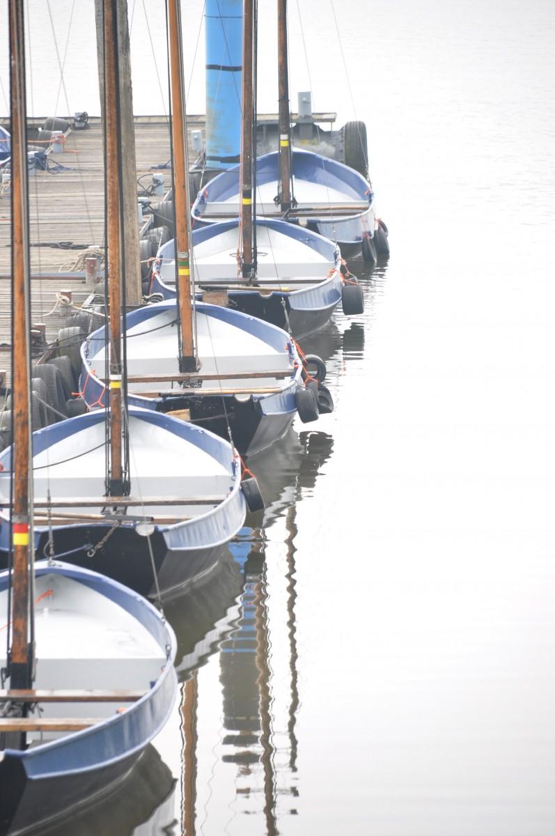 Bianca Dekkers-van Uden, bootjes op een rij bij een steiger in de Rijn, Uiterwaarden Wageningen